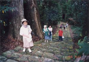 """98年8月に訪れた熊野古道。平安時代後期には、女院や上皇とともに多くの女房が """"熊野詣で""""に参加していた。女房たちは往復1か月余の行程のうち、行きは徒歩だったという〈写真提供:服藤早苗氏〉"""