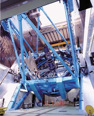 ハワイ島の高峰・マウナケア山頂に所在するすばる望遠鏡(写真左下)。望遠鏡の口径は8.2mにもおよび、単一の鏡としては世界最大級の大きさを誇る。風通しの良いドームにより空気の乱れを抑えたほか、頑丈な構造とリニアモーター駆動により、解像度の高い撮影を実現した〈写真提供:国立天文台〉