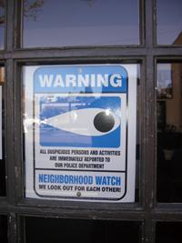 米国シアトル市内に貼り出されている地域防犯のポスター。地域住民の目があることを示している〈画像提供:桐生正幸氏〉