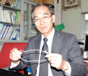 大崎先生が手にしているのが牽引糸の輪。この輪を作るためには、相当な根気が必要