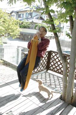 クモの糸に結んだハンモックにぶら下がった体重65kgの大崎先生