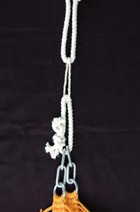 木とハンモックの留め金に結んだ通常のロープを、牽引糸の束でつないだところ(中央の細い束)