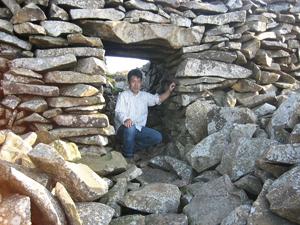 英国ウェールズの鉄器時代要塞には、石積みの城壁に小さな入口が付いている。ローマ軍の侵略に抵抗した歴史を持つ(写真提供:松木武彦氏)