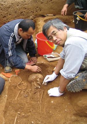 研究は人骨資料の調査と発掘作業を基に、国内外で行なわれている。写真右は、ペルーでの人骨の発掘現場。写真左はベトナムでの人骨の発掘の様子〈写真提供:篠田謙一氏〉