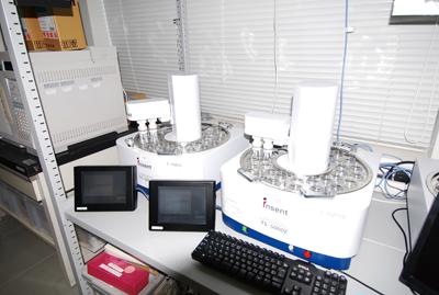 九州大学が開発、�インテリジェントセンサーテクノロジーが製品化した世界初の味覚を測定するセンサー。「おいしさ」の重要な構成要素となる基本5味(「酸味」「苦味」「甘味」「塩味」「うま味」+5味の複合的産物「渋味」)を加えた基本味を数値化し、客観的に表現することが可能