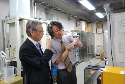 都甲教授自らが電極に貼り付けた脂質模や膜で起こる電位変化の仕組みについてレクチャー