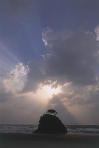 オオクニヌシの子とされるタケミナカタと高天原から遣わされたタケミカヅチが力競べをしたという「国譲り」神話の舞台・稲佐の浜