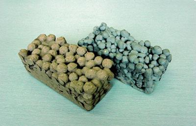 開発された多孔質素材。右がフライアッシュ、左が火山灰を基材としたもの<写真提供:臼井惠次氏>
