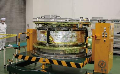 「イカロス」の本体は直径約1.6m、高さ約0.8mの円筒形をしている。セイルは四つに分れて、打ち上げ時にはそれぞれ蛇腹のように折り畳まれ、本体の側面に巻き付けられている<写真提供:JAXA>