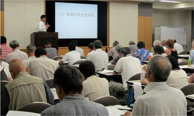 (写真左)地域で植物病の診断や治療を行なう人材を育成する「コミュニティ植物医師養成プログラム」の講義の様子。参加者は熱心に受講している<写真提供:難波成任氏>