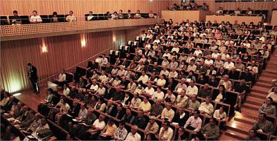 千葉県柏市の市民を対象にした「コミュニティ植物医師養成プログラム」の説明会には、1,000名を超える市民が参加した<写真提供:難波成任氏>