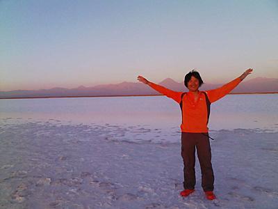 アタカマ砂漠の中にある白く塩に覆われた「アタカマ塩地」。アタカマ砂漠はチリの北部にあり、太平洋とアンデス山脈の間を南北に細長く走る。世界で最も乾燥した砂漠。不毛で岩塩や石灰の堆積層で覆われている所が多い<写真提供:長沼 毅氏>