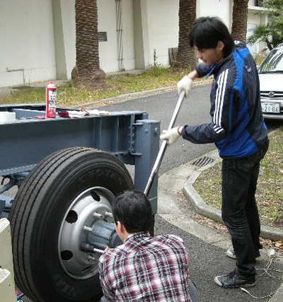 大型車の車輪脱落事故の安全管理技術に関する研究のため、トラックを使ったねじの締め付け実験を実施<写真提供:福岡俊道氏>