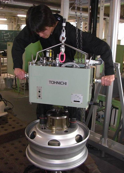 2軸同時締め付け装置の試作品<写真提供:福岡俊道氏>