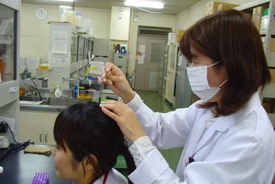 明石氏の研究室では、体内時計を簡単に測定できる方法を開発。写真は、実験のために、頭髪を採取している様子と研究室の様子<写真提供:明石 真氏>