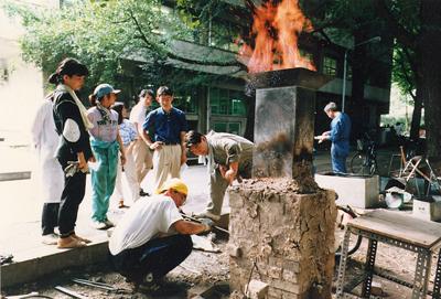 レンガを使って現代風にアレンジしたたたらの炉。鉄をつくっている様子<写真提供:永田和宏氏>
