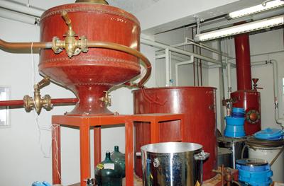 (写真左)蒸留酒のブランデーを製造する機械。フランスから輸入した銅製のもの。