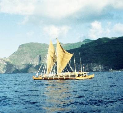 2つの船体を板でつないだダブル・カヌー。自然条件を利用して、遠洋航海を行っていた<写真提供:片山一道氏>