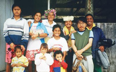 フィールド調査先でポリネシア人の人々と。右から2番目が片山氏。とても親切で優しい人ばかりだったという<写真提供:片山一道氏>