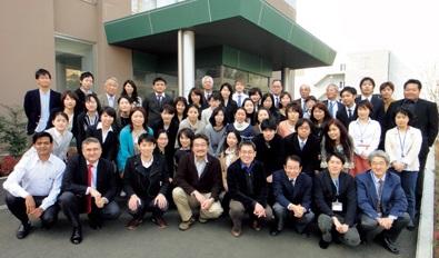 筑波大学国際統合睡眠医科学研究機構(IIIS)の設立時の記念写真。前列左から4番目が柳沢氏<写真提供:柳沢正史氏>